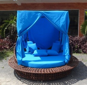 Poly rattan sun lounger with roof